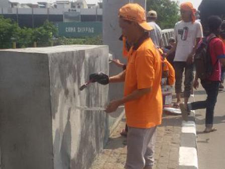 20 Officers Cleaned Graffiti on Jl Kramat Jaya