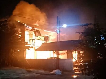 10 Mobil Pemadam Atasi Kebakaran Rumah Berlantai Dua di Penggilingan