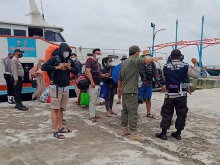 Dozens of Ship Passengers Take Rapid Antigen Test at Harapan Island Main Pier