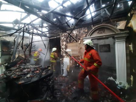 Empat Unit Pemadam Atasi Kebakaran di Panglima Polim IV