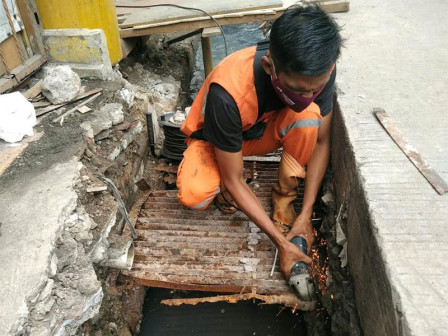 Seven Drains in Tugu Selatan Being Dredged