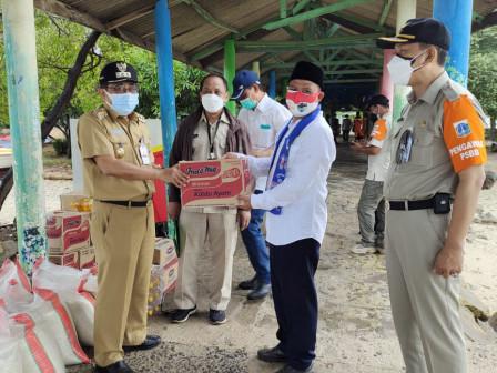 Bupati Serahkan Bantuan Bagi Warga Isolasi Mandiri di Pulau Untung Jawa