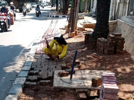Sudin Bina Marga Jaksel Perbaiki Tiga Lokasi Trotoar di Pasar Minggu