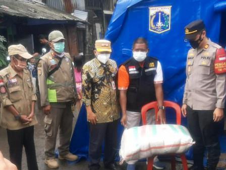 Sudinsos Jakut Salurkan Bantuan untuk Warga Korban Kebakaran di Pademangan Timur