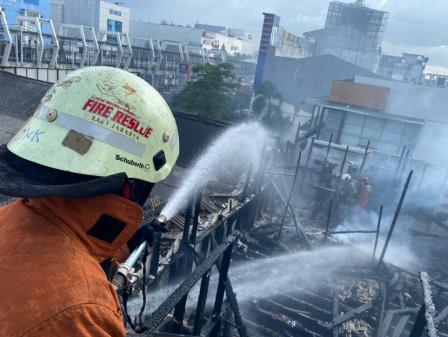 10 Mobil Pemadam Atasi Kebakaran Rumah Makan Ampera di Pulogadung