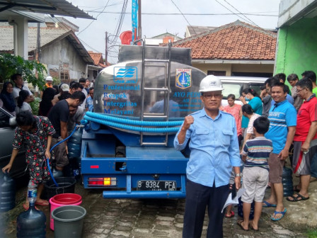 Clean Water Distributed for Flood Victims in Pinang Ranti