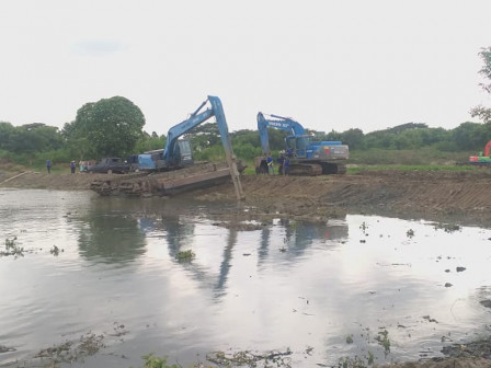 East Jakarta Mayor Observes Dredging of Cakung Side C Reservoir
