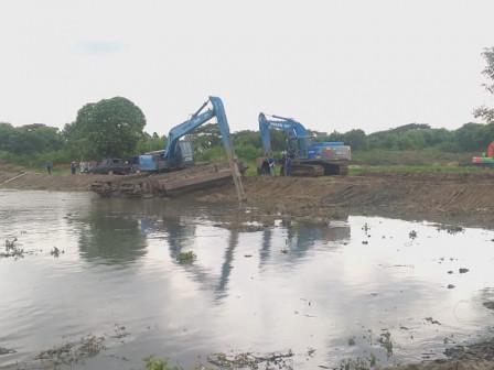 East Jakarta Mayor Observes Dredging of Cakung Side C Reservoir