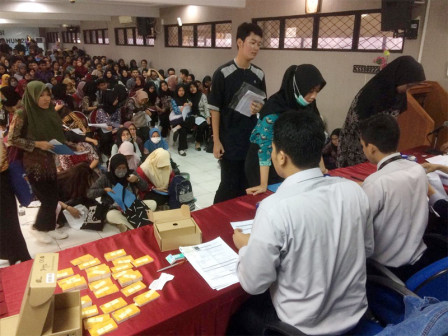 Education Agency Distributes 753 Excellent Student Cards