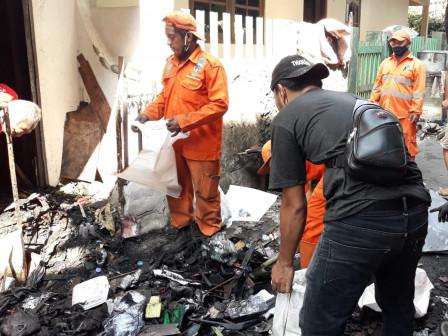 30 PPSU Bantu Bersihkan Puing Sisa Kebakaran Kampung Melayu