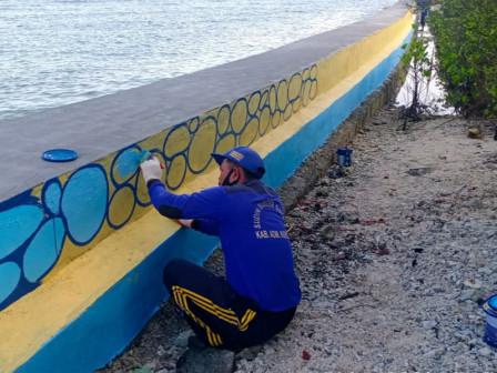 Dinding Tanggul Pembatas Pulau Sebira Dicat Warna-Warni