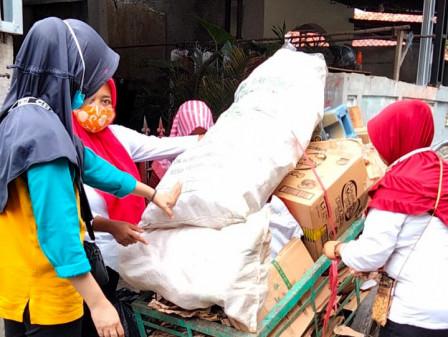 Bank Sampah Kecapi di Kebagusan Timbang 71,7 Kilogram Sampah