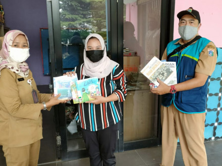 Sudin Pusip Jaksel Serahkan Bantuan 100 Eksemplar Buku Bacaan Pada RPTRA Bagus