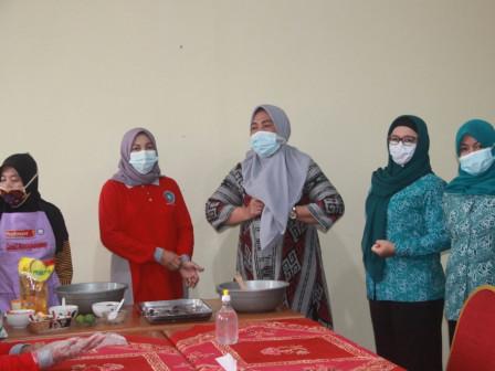 Kader PKK Kelurahan Pulau Panggang Dilatih Membuat Pucuwe