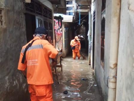 10 PPSU Dikerahkan Bersihkan Lumpur Sisa Genangan di Kampung Melayu