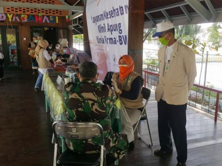Layanan Pengobatan Gratis Klinik Apung Sambangi Warga di Pulau Harapan