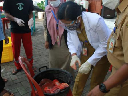 Sudin KPKP Kepulauan Seribu Musnahkan 21,5 Kilogram Organ Hewan Kurban Tak Layak Konsumsi