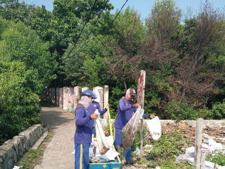 SDA Cleans Channels in Two RWs of  Untung Jawa Island Urban Village