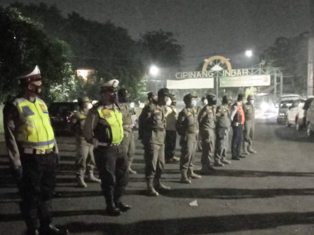 Puluhan Personel Gabungan Bubarkan PKL di Kawasan KBT