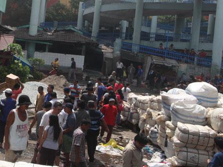 Pedagang Blok II Proyek Pasar Senen Mengeluh