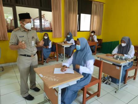 Wakil Bupati Kepulauan Seribu Monitoring Pelaksanaan PTM Terbatas di Empat Sekolah
