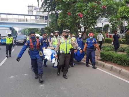 Petugas Gulkarmat Jaktim Evakuasi Korban Kecelekaan Dua Bus Transjakarta di Cawang