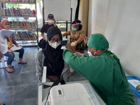 120 Warga Nikmati Layanan Vaksin Mobil Keliling di RPTRA Pulo Indah