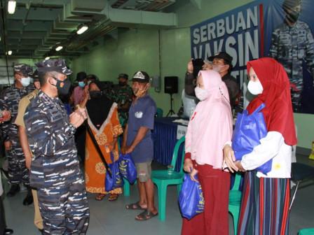 Pemkab - TNI AL Kolaborasi Gelar Serbuan Vaksin COVID-19 di KRI Teluk Youtefa-522