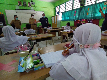 Title  Camat Ciracas Tinjau PTM Terbatas di SDN kelapa Dua Wetan 02