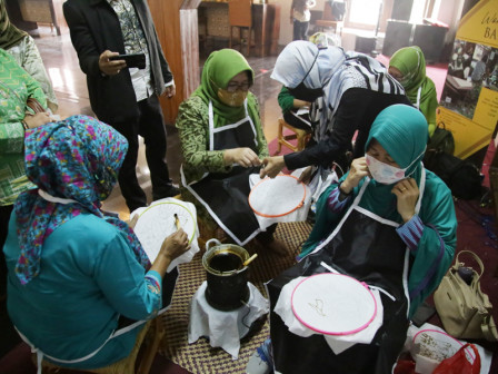 Dharma Wanita Dinas Kebudayaan DKI Ikuti Workshop Batik