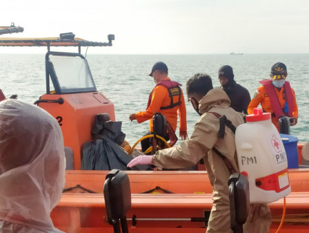 Kapal Rescue Korban Pesawat Jatuh Sriwijaya Air di Pulau Lancang Disemprot Disinfektan