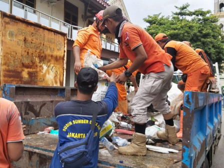 70 Joint Personnel Began to Clean Trash in Kayu Putih Area