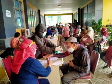 Vaksinasi Dinasmis Lansia di Cipayung Capai 54 Persen