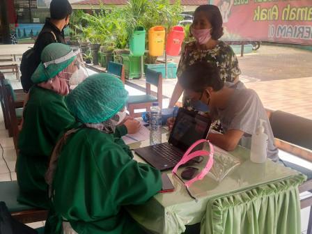 100 Warga Nikmati Layanan Vaksin Keliling di SDN Palmeriam 01