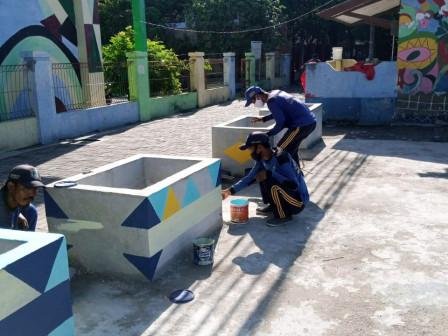 Petugas SDA Percantik Taman Plaza Kelurahan Pulau Kelapa