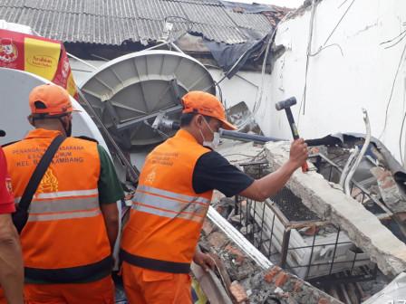 PPSU Evakuasi Atap Kanopi Ambruk di Balekambang