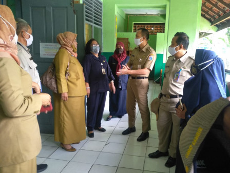 Gambir Sub-district Head Checks Schools' Readiness for Face-to-Face Learning