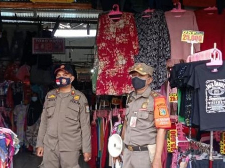 Kalibaru Satpol PP Continues Encouraging People to Adhere to Health Protocol