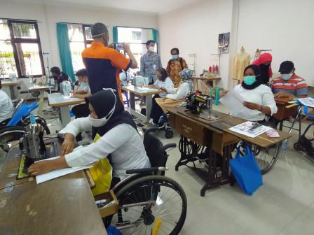 30 Disabilitas Ikuti Pelatihan Tata Rias dan Menjahit di PPKPI Pasar Rebo