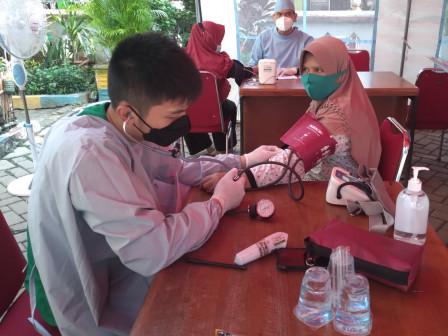 200 Warga Divaksin Dosis Kedua di Kantor Kelurahan Pinang Ranti