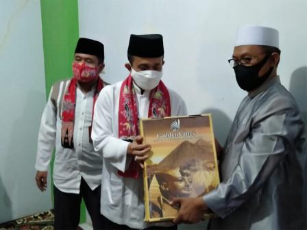 East Jakarta Mayor Distributes Assistance to Hasbiyallah Islamic Boarding School