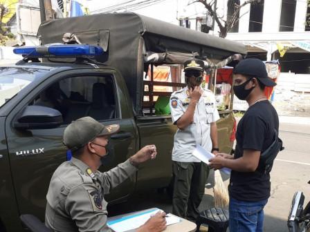 10 Pelanggar Tibmask di Kelurahan Gedong Disanksi Menyapu Jalan