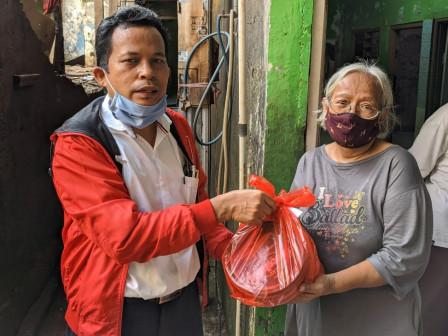 Anggota Komisi A Berikan Bantuan Paket Lebaran Untuk Korban Banjir Di Rawajati