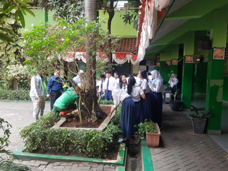 Siswa SMPN 111 Jakbar Tanam 100 Pohon  di Areal Sekolah