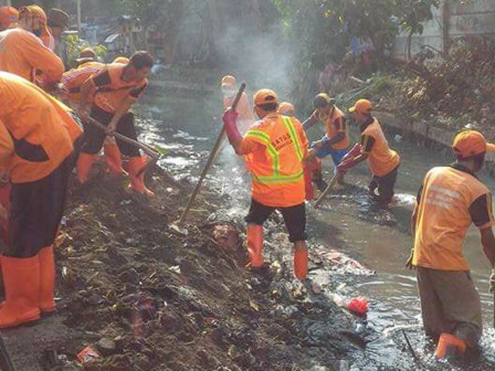20 Kramat Pela PPSU Personnel Clean Up Grogol River