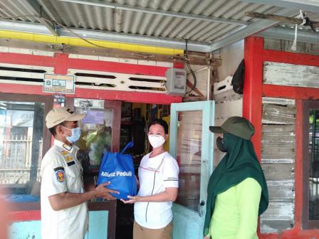 Satpol PP Kelurahan Pulau Panggang Bagikan Bantuan Paket Sembako