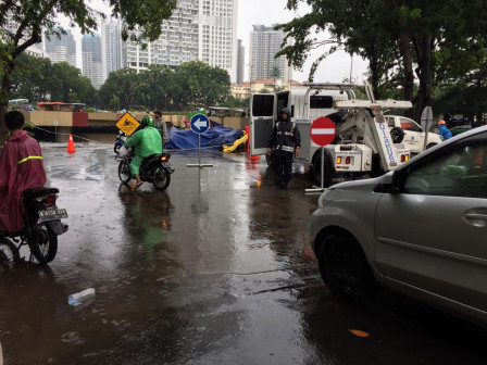 Traffic Flow on Kemayoran Underpass Diverted Due to Flood