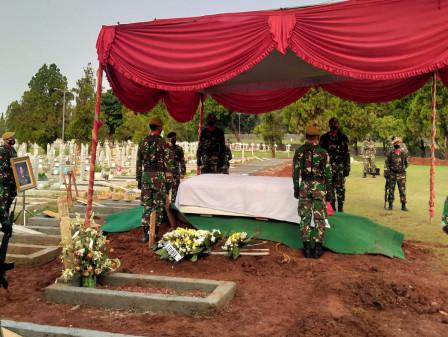 Tembakan Salvo Iringi Pemakaman Surjadi Soedirdja