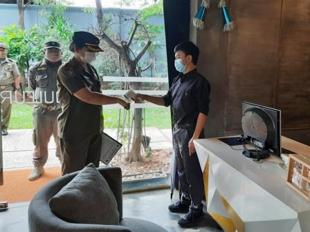 Satpol PP Monitoring Rumah Makan di Cengkareng
