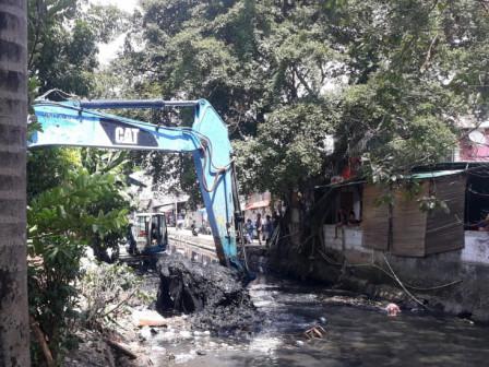 Sudin SDA Jakarta Barat Keruk Kali Ampuran
